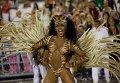 Жаркие танцы на традиционном карнавале в Рио-де-Жанейро