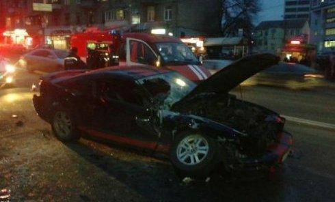 В центре Киева автомобиль столкнулся с маршруткой