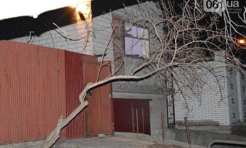 Кадры с места обстрела дома в Запорожье из гранатомета