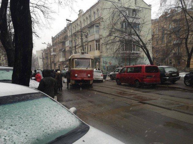 НаПодоле трамвай сошел срельс ипротаранил джип
