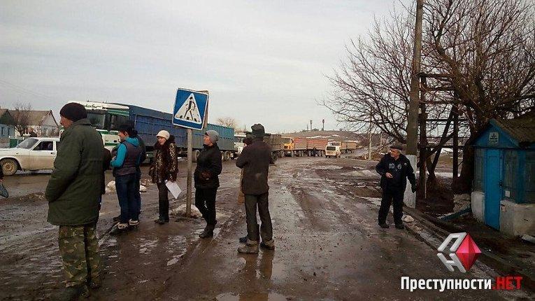 В Николаевской области жители двух сел перекрыли кировоградскую трассу