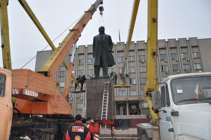 Демонтаж памятника Ленину в Измаиле Одесской области
