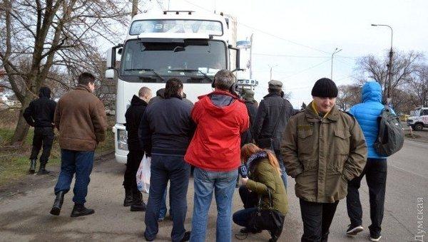 Активисты на въезде в Одессу не пускают российские фуры