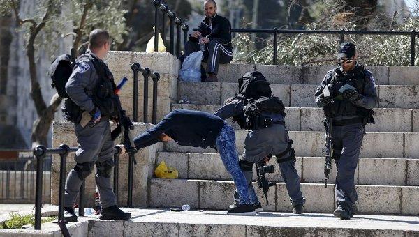 Израильская полиция проводит досмотр личных вещей палестинца, задержанного в Старом городе Иерусалима.