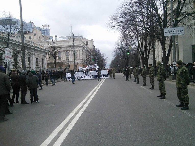 Протестующие требуют отставку Кабмина у здания Верховной Рады.