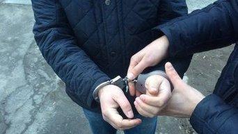 Представители СБУ одели наручники на одного из задержанных в Днепропетровске взяточников