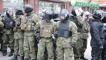 Активисты забросали Сбербанк России камнями