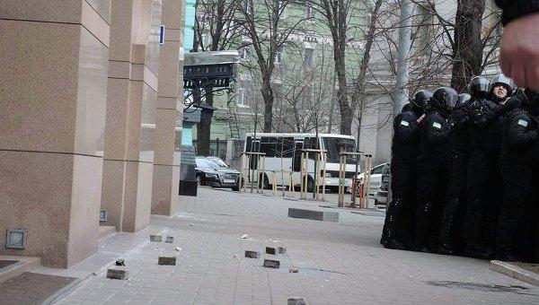 Протестующие в Киеве закидали камнями офис Ахметова, Альфа-банк и Сбербанк России