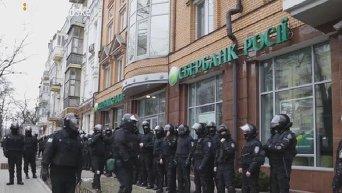 Представители ОУН забросали камнями офис Сбербанка России