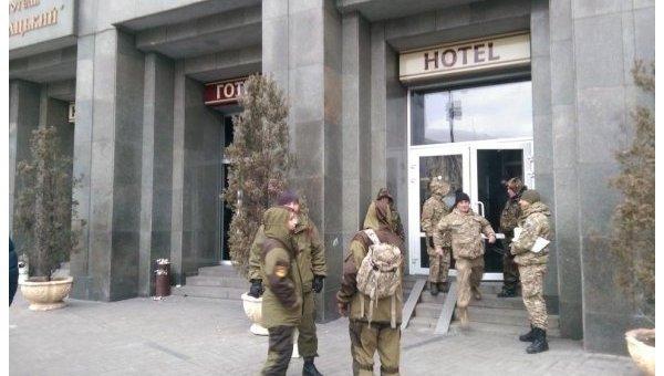 Несколько десятков человек в камуфляже заняли отель в центре Киева