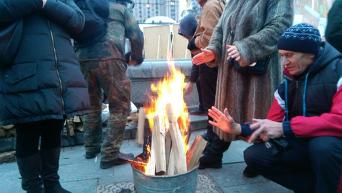 Активисты на Майдане Незалежности греются возле костра. Архивное фото