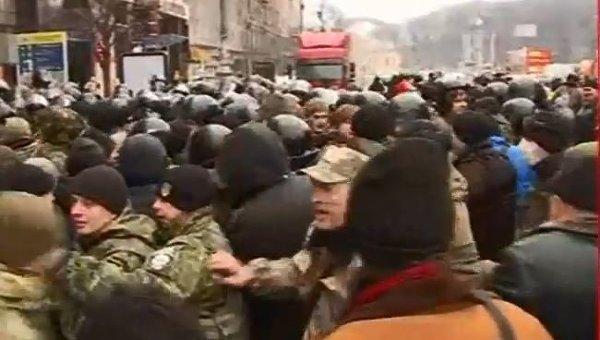 Потасовка на Майдане Незалежности возле грузовика