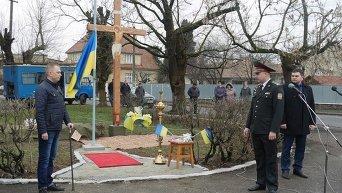 Освящение креста на уже переименованной площади имени героя АТО Виталия Постолаки в Ужгороде