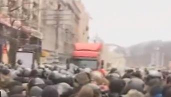 Момент потасовки митингующих и правоохранителей на Майдане. Видео