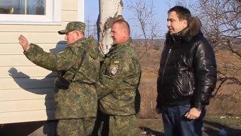 Саакашвили привез несколько жилых модулей на блокпосты Мариуполя. Видео