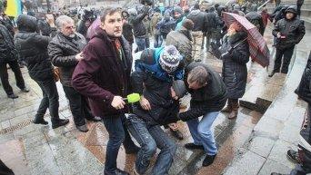 Драка между сторонниками и противниками установки палаток на Майдане Незалежности