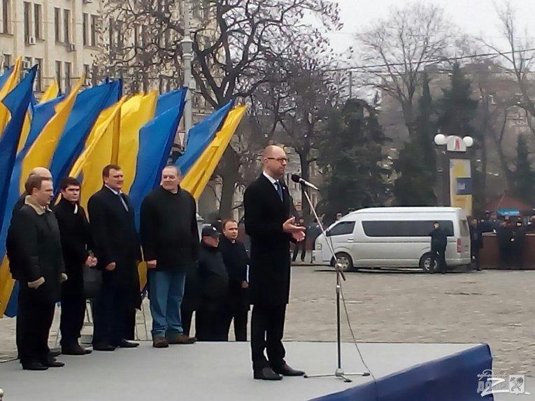Арсений Яценюк выступает перед патрульными в Харькове