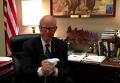 Сенатор демонстративно скомкал и выбросил план Обамы по Гуантанамо