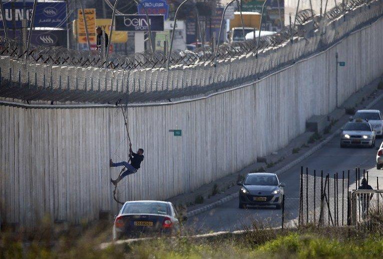 Палестинец пробирается в Израиль для поиска работы.