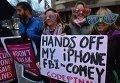 Основатель корпорации Microsoft Билл Гейтс поддержал ФБР, которое требует от Apple взломать iPhone человека, причастного к убийству 14 человек в Сан-Бернардино. На фото - протестующие против взлома и обнародования данных.