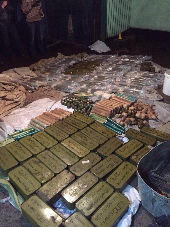 Сотрудники Службы безопасности Украины совместно с военной прокуратурой обнаружили на Киевщине огромный арсенал боеприпасов, вывезенных из района проведения антитеррористической операции.