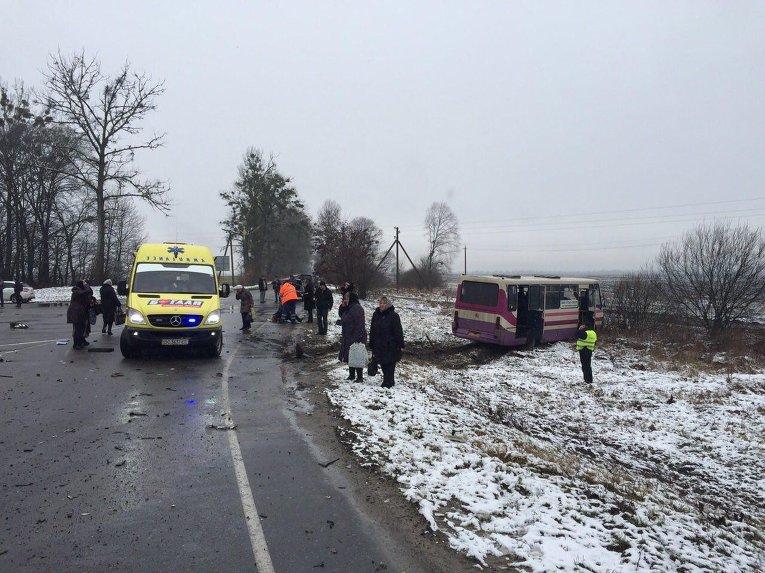 В результате аварии во Львовской области погибли два человека, 10 - пострадали.