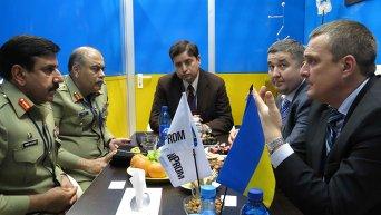 Председатель Государственной службы экспортного контроля Юрий Терещенко (крайний справа)