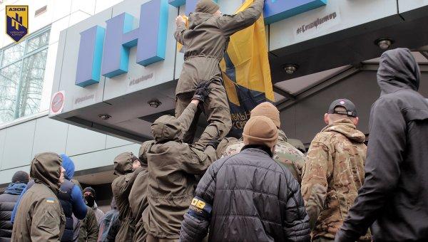 Акция Азова под зданием телеканала Интер