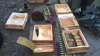 Арсенал оружия и боеприпасов, обнаруженный ГПУ в зоне АТО. Архивное фото