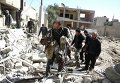 Представители Сирийского Арабского Красного Полумесяца и местные жители ищут выживших после авиаудара в сирийском городе Дума