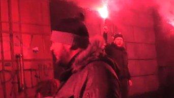 Батальон Азов с файерами пикетировал СБУ в Киеве. Видео