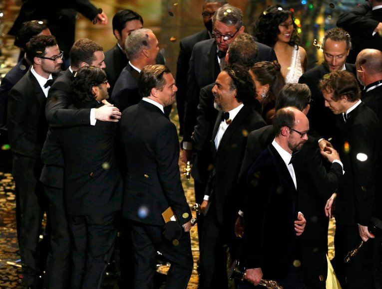 Алехандро Гонсалес Иньярриту и Леонардо Ди Каприо (в центре) во время 88-й церемонии вручения премии Оскар в Голливуде