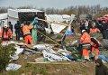Демонтаж жилищ мигрантов в лагере для беженцев во французском Кале.