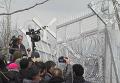 Беженцы атаковали забор на границе Греции и Македонии. Видео