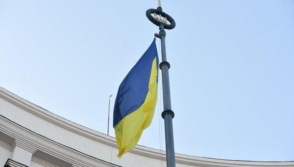 Герб и флаг Украины над зданием Кабмина Украины.