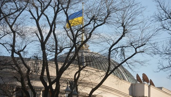 Флаг Украины над зданием Верховной Рады.