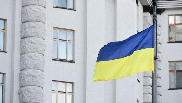 Флаг Украины на фоне здания Кабинета министров.