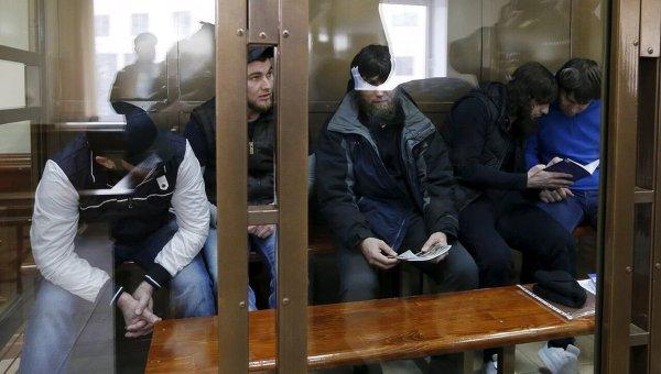 Обвиняемые в убийстве Бориса Немцова во время судебного заседания в Москве.