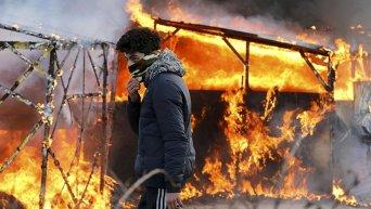 Протест мигрантов против выселения из лагеря беженцев во французском Кале.
