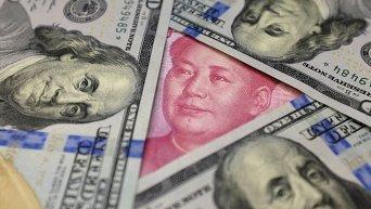 Банкноты долларов и юаней