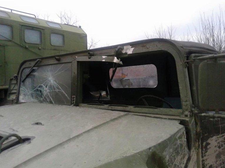Автомобиль Hummer мобильной группы после обстрела