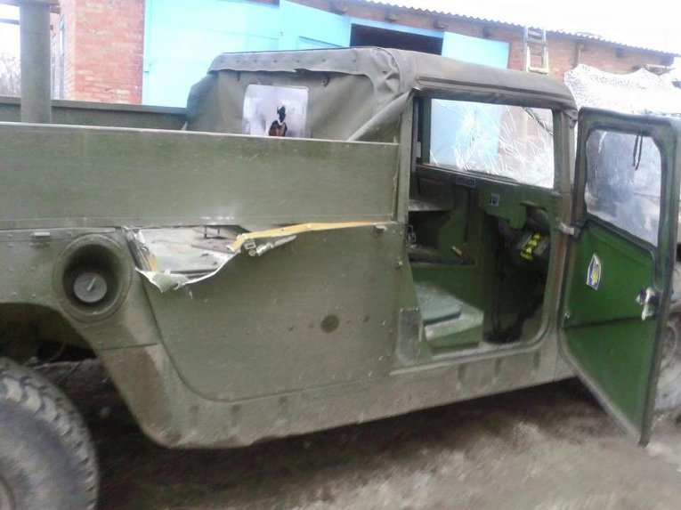 Автомобиль Hummer мобильной группы после обстрела в Луганской области