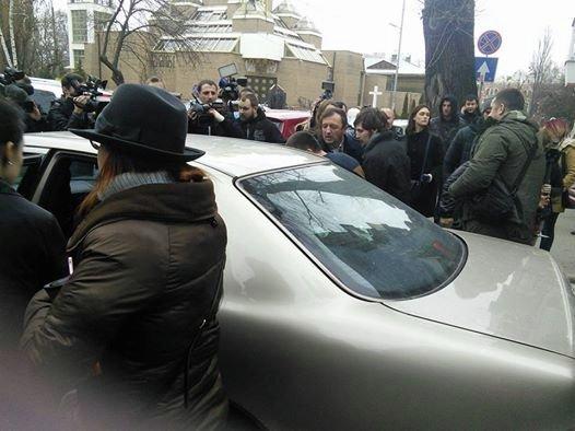 Автомобиль со Станиславом Красновым после того, как он потерял сознание в суде