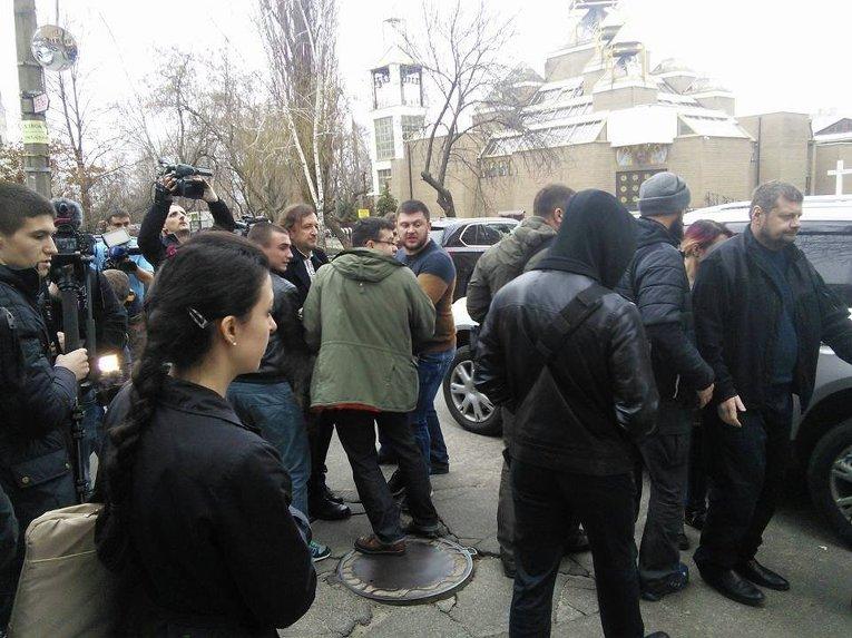Ситуация возле суда после того, как Станислав Краснов потерял сознание