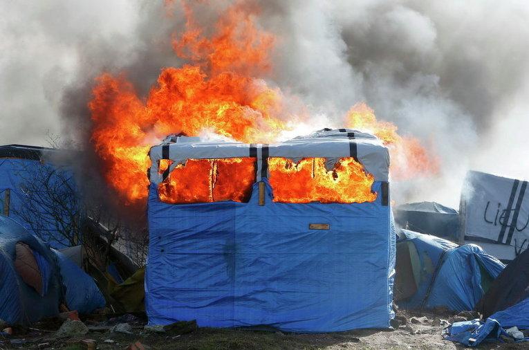 Во французском Кале беженцы подожгли свой лагерь