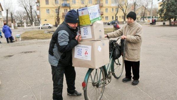 Выдача гуманитарной помощи в Счастье Луганской области
