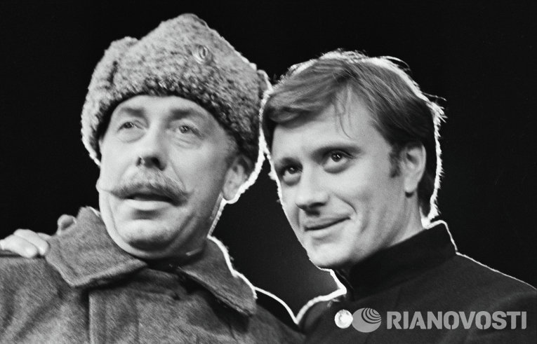 Анатолий Папанов и Андрей Миронов в сцене из спектакля У времени в плену