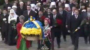 Арсений Яценюк и Владимир Гройсман возложили цветы к памятнику Тарасу Шевченко