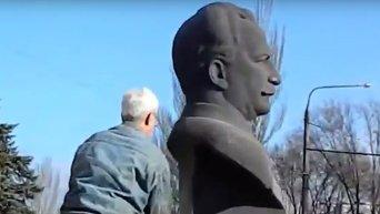 В петле: как в Запорожье снесли бюст Орджоникидзе