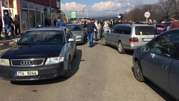 Владельцы транзитных авто заблокировали КПП на границе со Словакией